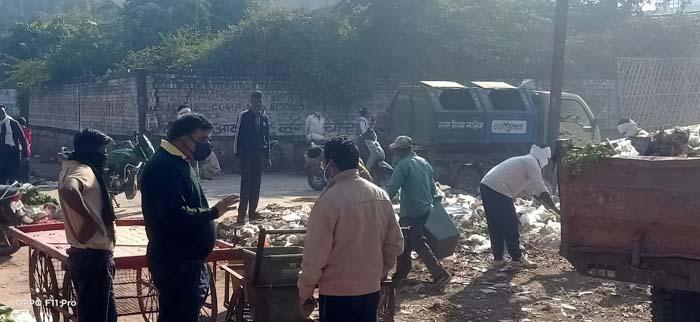 Photo of नगर निगम आयुक्त माकिन ने अपनी मौजूदगी में हटवाया कचरा