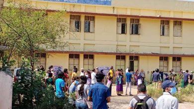 Photo of भोपाल में सुबह से लगी 18+ वाले सैकड़ों की कतार, लगना था 100 को टीका 300 से ज्यादा पहुंचे