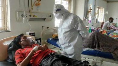 Photo of डॉ. मिश्रा ने जिला चिकित्सालय के कोविड वार्ड के मरीजों से हालचाल जाना