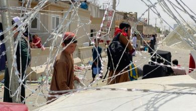 Photo of तालिबान शासन को लेकर बच्चों को एयरपोर्ट पर कंटीले बाड़ों के पार फेंक रहीं अफगान महिलाएं