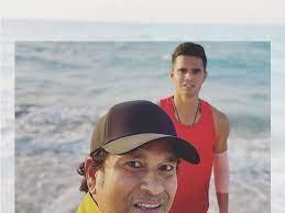 Photo of बेटे अर्जुन के साथ UAE के बीच पर एन्जॉय करते नजर आए सचिन तेंदुलकर