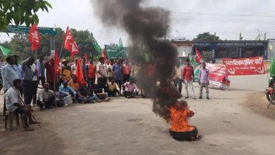 Photo of भारत बंद : सड़क जाम, टायर जलाकर नारेबाजी कर रहे कार्यकर्ता